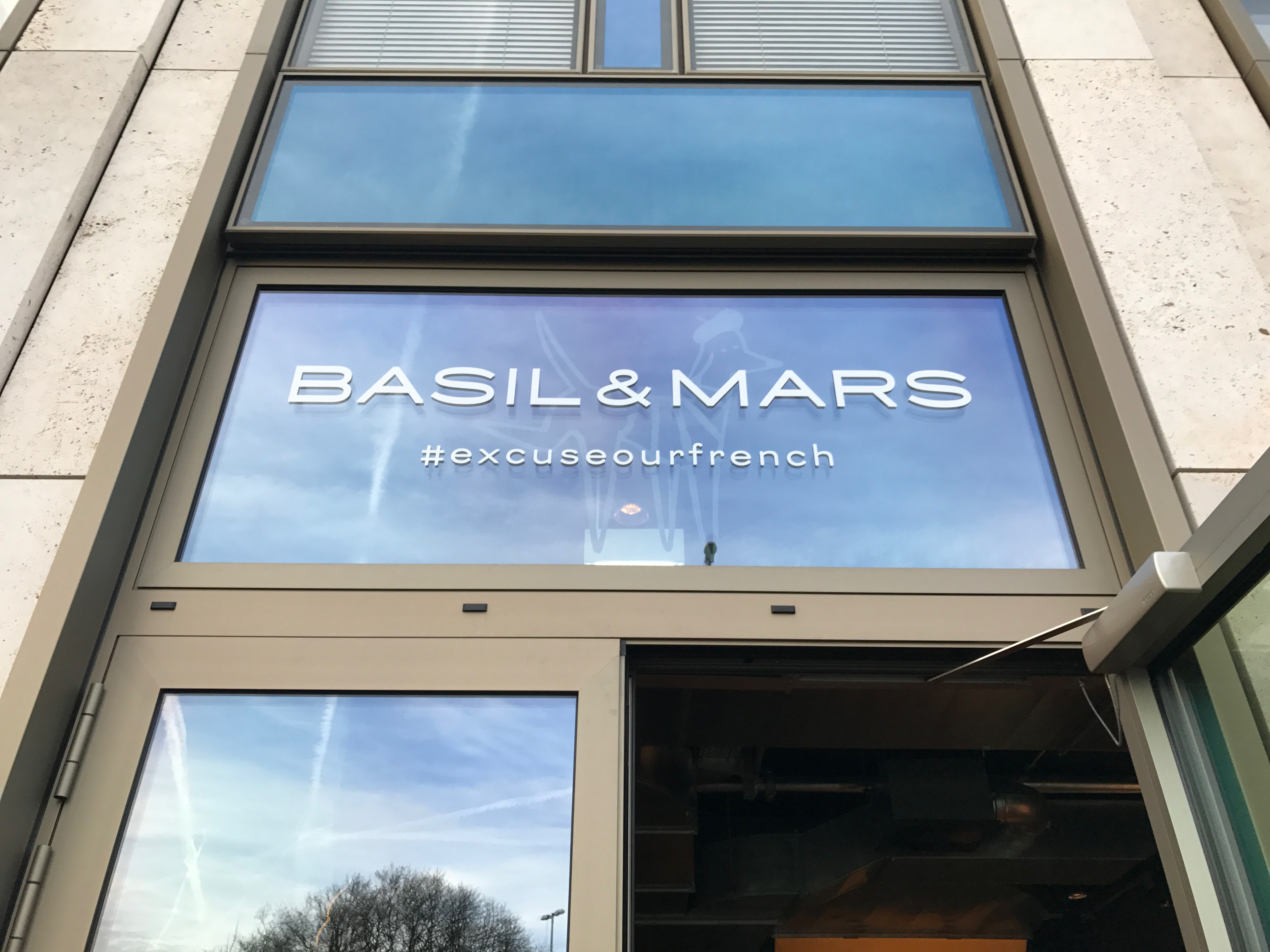 Basil & Mars: Eingang