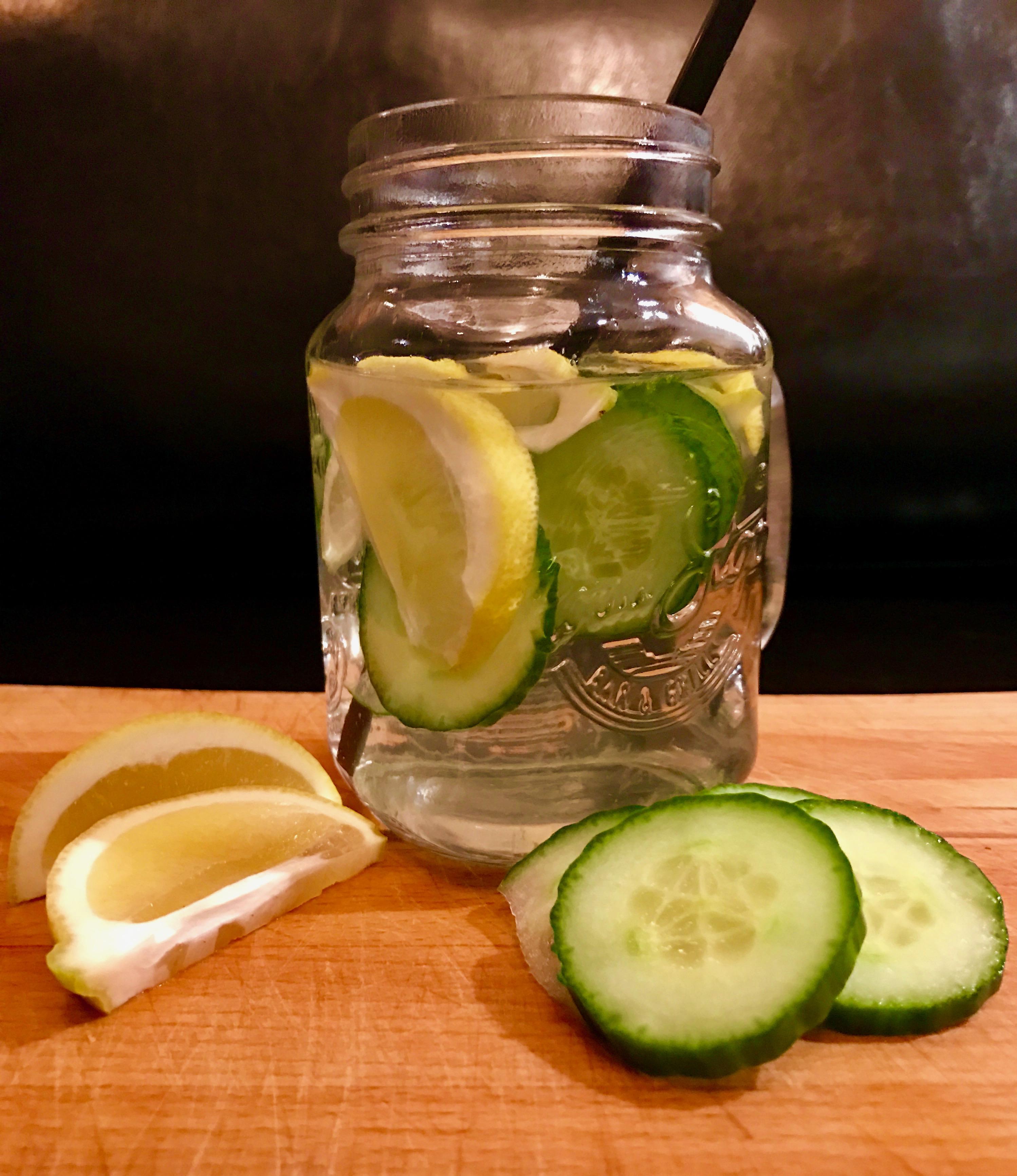 Detoxwasser mit Gurke und Zitrone